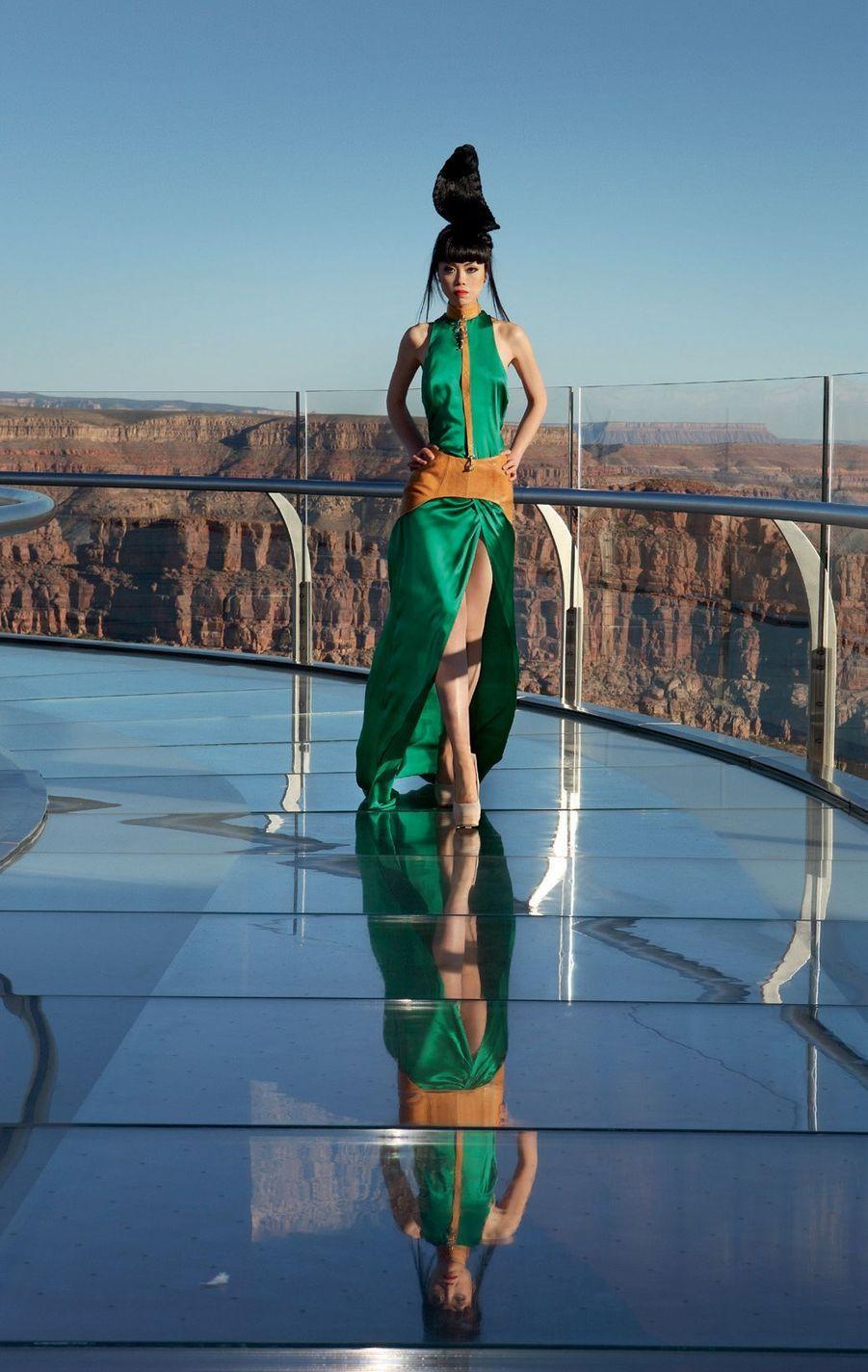 Au-dessus du Grand Canyon, en Arizona, en fourreau Nina Athanasiou.