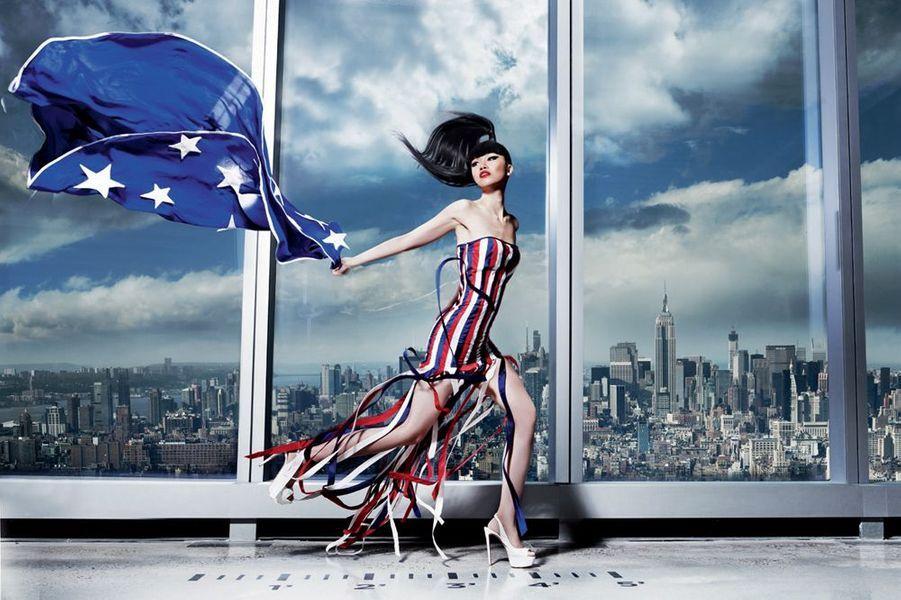 En robe drapeau dans le nouveau World Trade Center à New York, elle incarne la renaissance.