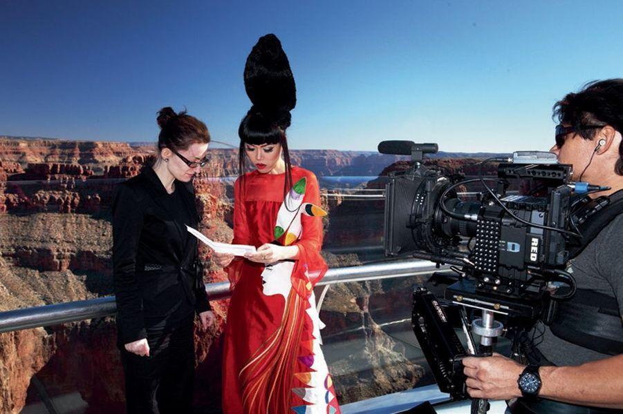 Jessica Minh Anh prépare les photos au-dessus du Grand Canyon.