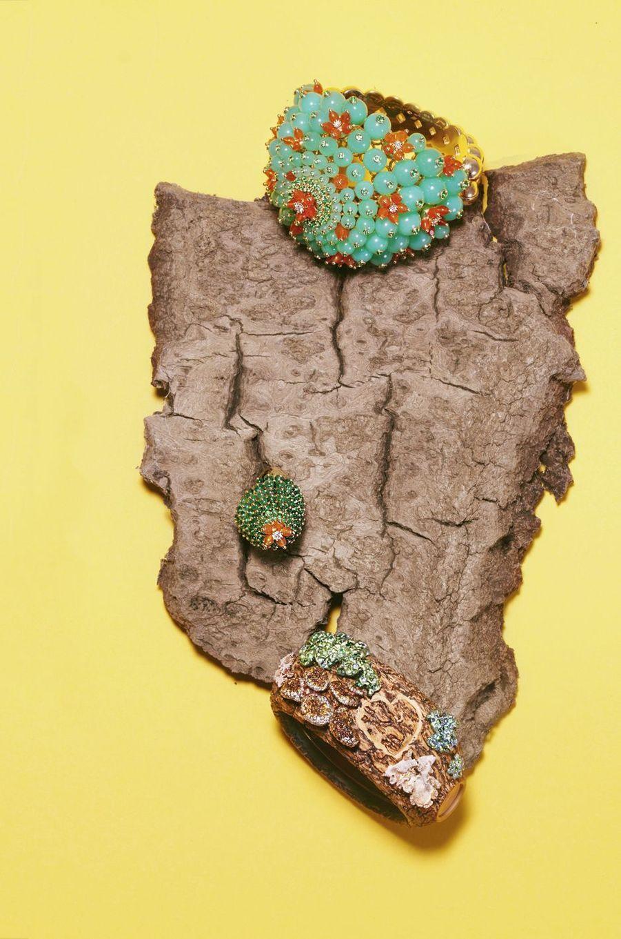 Bracelet Cactus, or jaune, chrysoprases, émeraudes, cornalines, serti de 8 diamants taille brillant. Cartier.Bague Cactus, or jaune, émeraudes, cornalines, sertie d'un diamant taille brillant. Cartier.Bracelet Dans les Bois, or rose, argent, titane et bois, serti de 573 diamants bruns, 97 grenats, 16 diamants. Chopard.
