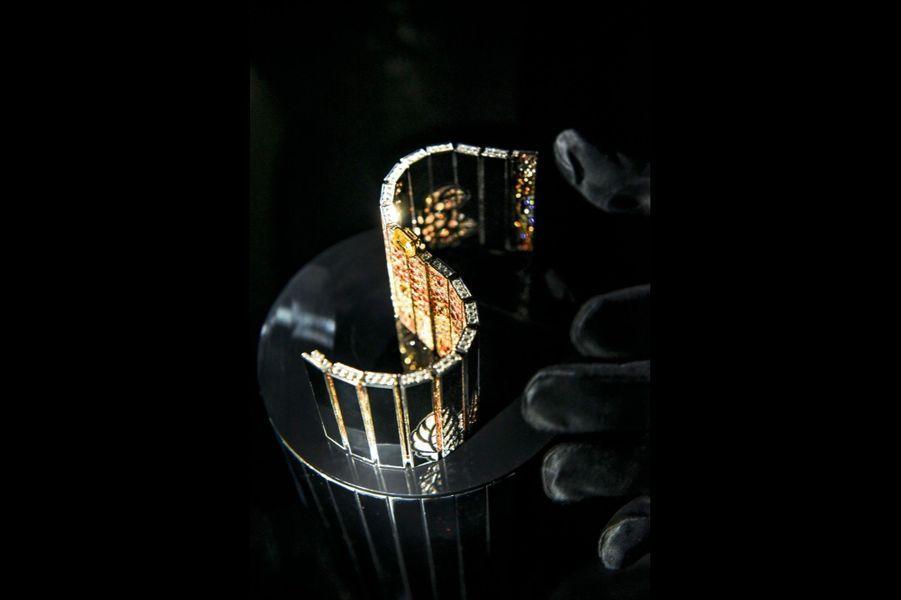 Manchette réversible en ors jaune et blanc, diamants, saphirs et onyx, diamant jaune central de 3,52 carats.