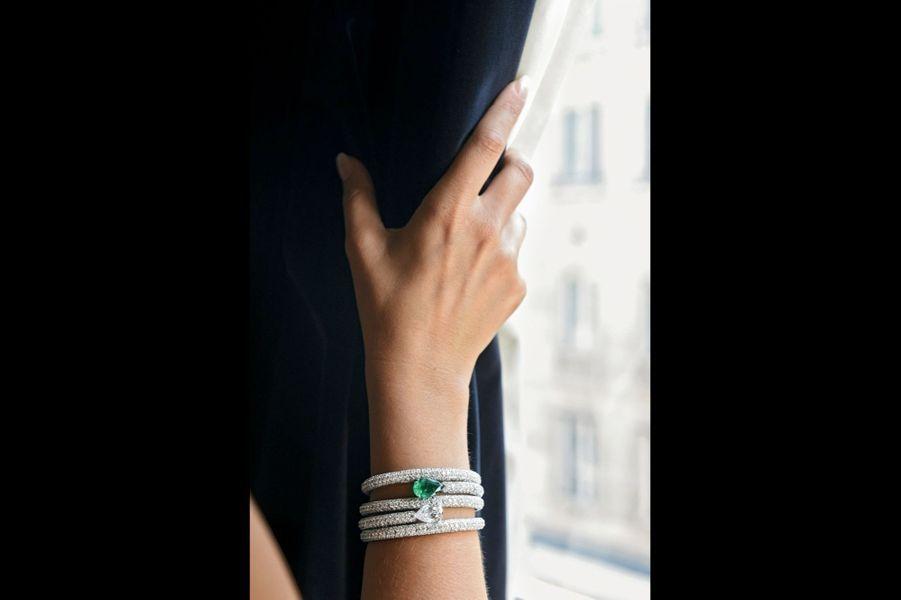 Bracelet en or orné d'un diamant taille poire de 4 carats et d'une émeraude de 5 carats.