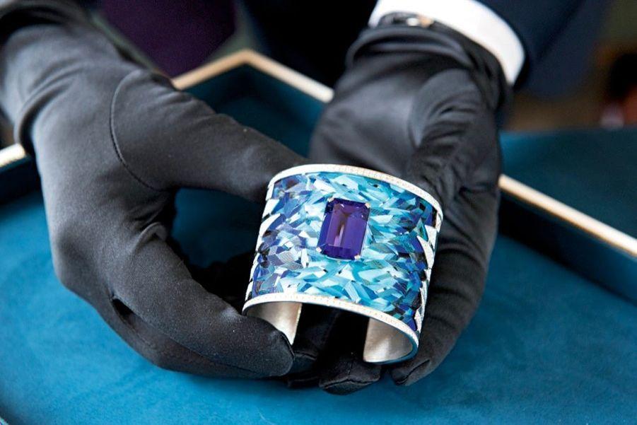 Manchette en or et marqueterie de plumes, tanzanite de 24,36 carats et diamants.