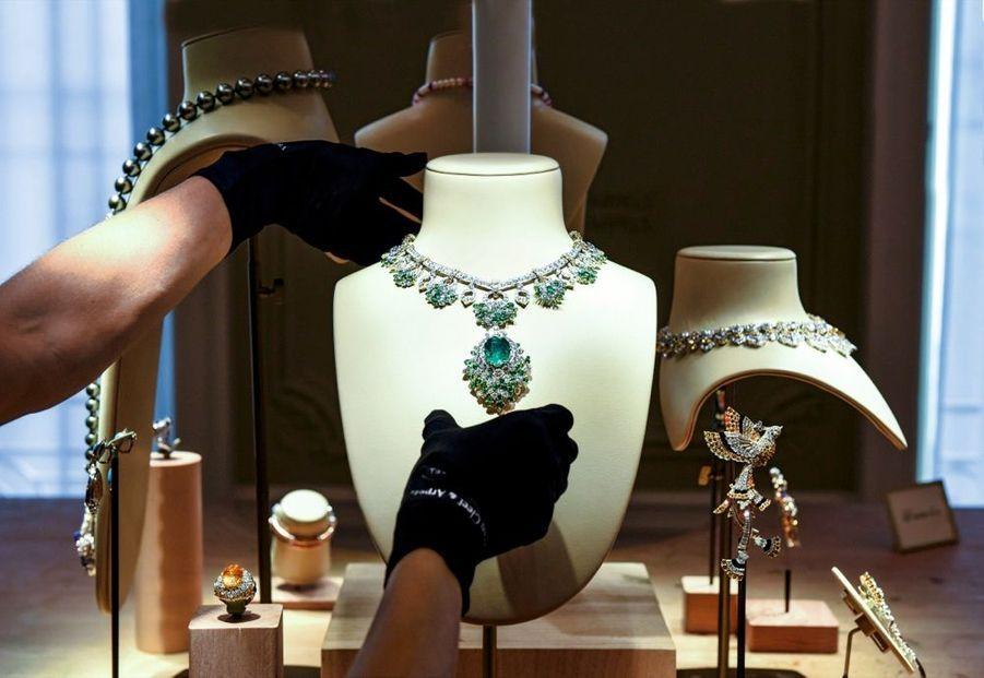 Collier en or, diamants, émeraudes, tsavorites, avec une émeraude centrale de 24,05 carats.