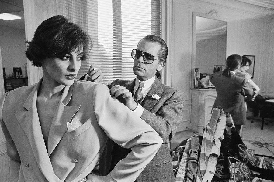 Karl Lagerfled avec Inès de la Fressange au studio Chloé, à Paris, le 11 avril 1983