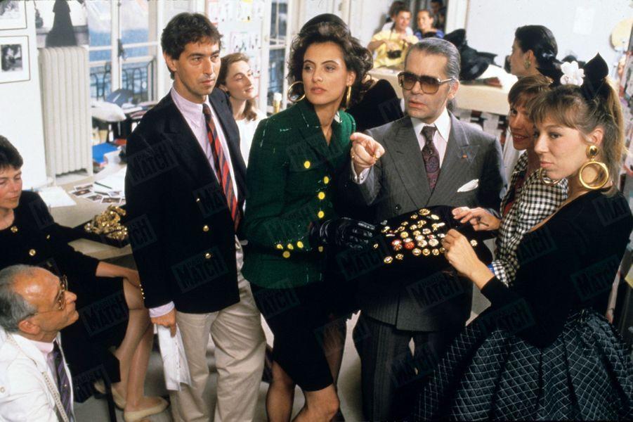 Karl Lagerfeld avec Inès de la Fressange en juillet 1987.