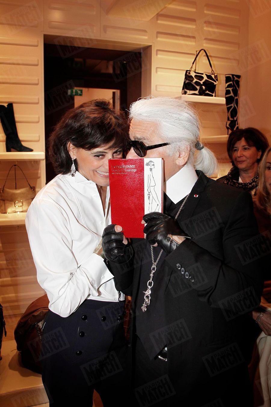"""Karl Lagerfeld et Inès de la Fressange, la complicité retrouvée,au cocktail de présentation du livre du mannequin, """"La Parisienne"""" (éd. Flammarion), le 21 octobre 2010 à Paris."""