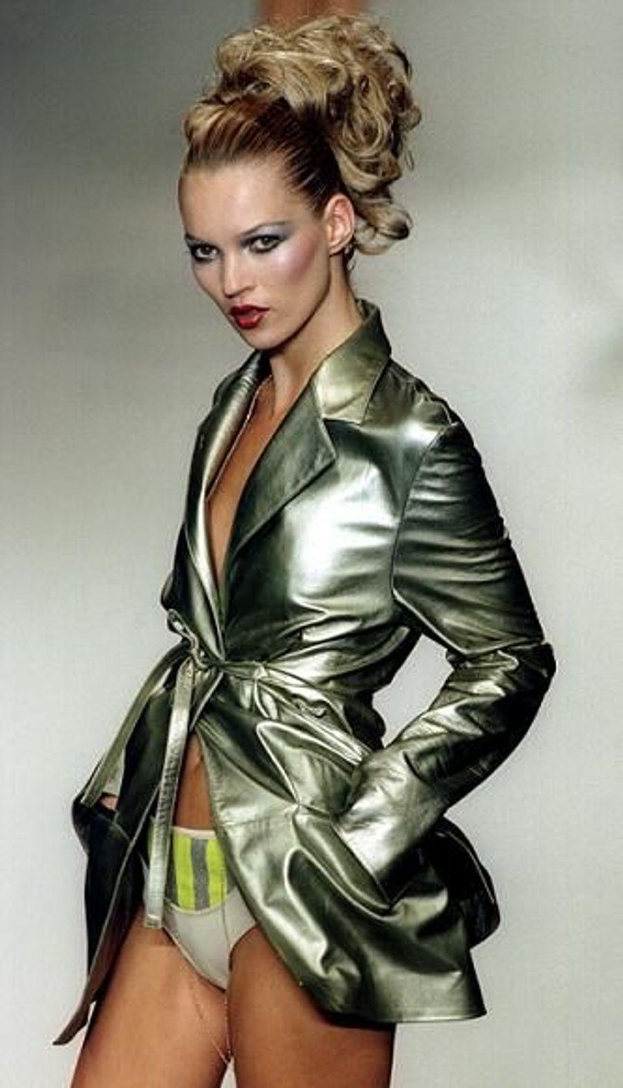 Les couturiers se l'arrachent. La même année, en 1996, elle défile également pour Karl Lagerfeld.