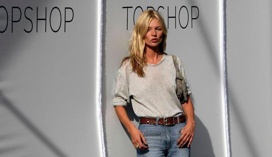 Même en jean et t-shirt gris, Kate Moss attire les regards sur elle.