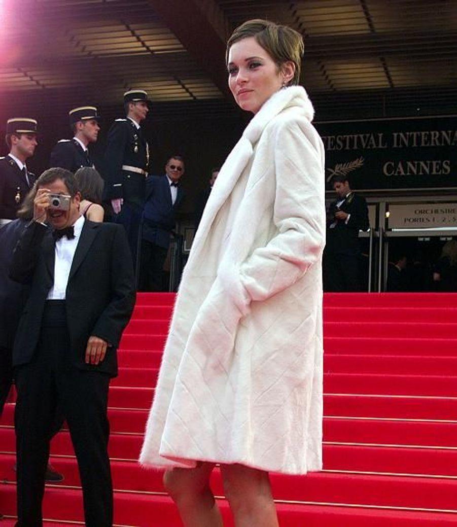 Toujours en 2001, le top s'est fait très discrète au festival de Cannes en revêtant ce grand manteau blanc. Avec cette nouvelle coupe de cheveux et ce maquillage très discret, on reconnaît à peine la star.
