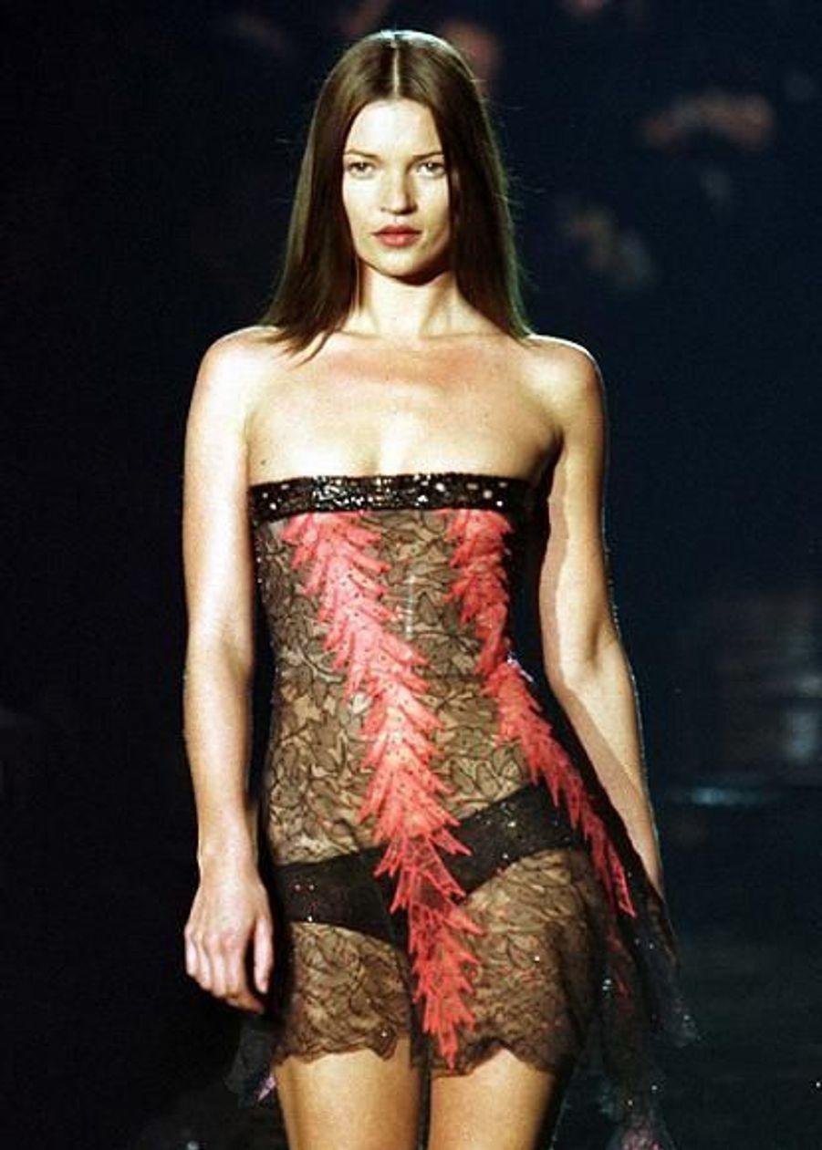 En 1999, elle défile encore pour Versace.