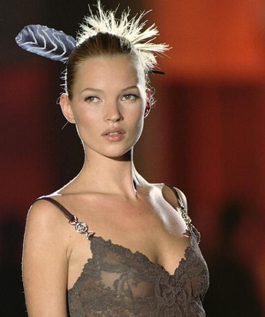 Kate Moss a défilé pour de nombreux couturiers, et surtout les plus grands. A 22 ans, elle défilait pour Versace.
