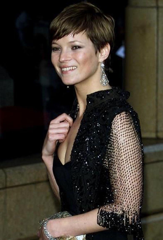 Kate a crée la surprise en 2001 en changeant de coupe de cheveux: de blonde aux cheveux longs, elle passe brune aux cheveux très courts. Et cela lui va à merveille.