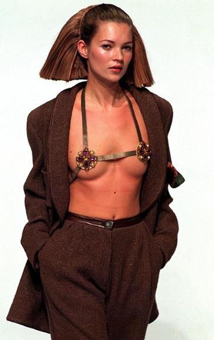 """Son ami photographe Mario Testino le dit: """"Kate n'a pas de problème avec la nudité. Elle ne se sent pas impudique quand elle se déshabille. C'est une des rares tops à être comme cela."""""""
