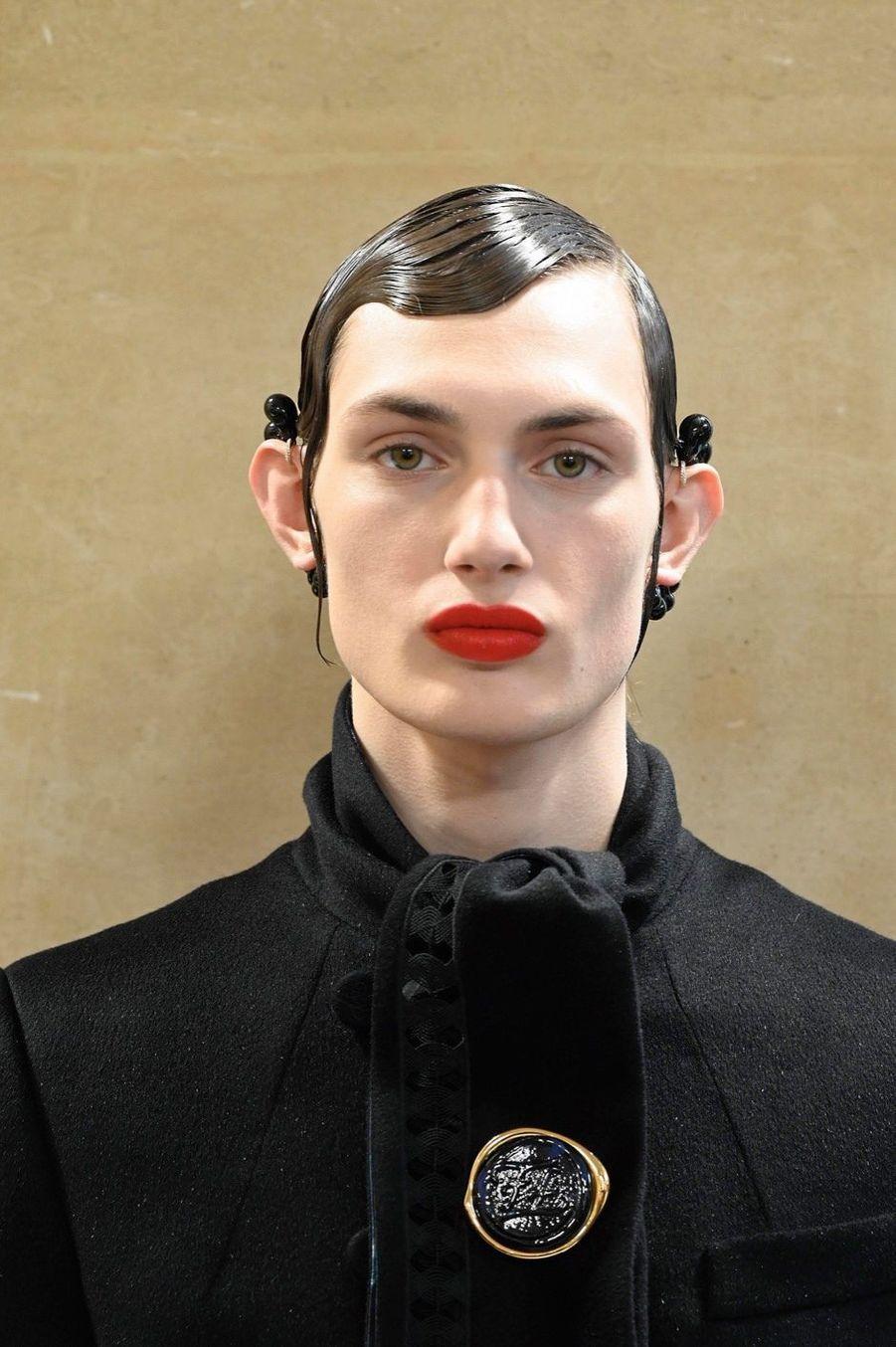 L'«Orlando » de Kim Jones. Sur le médaillon, une « karligraphie », hommage au maître Lagerfeld.