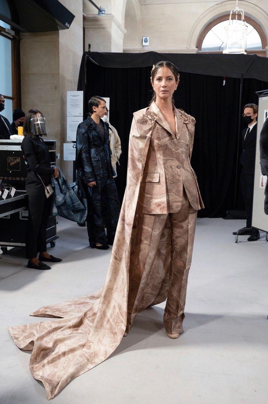 Le supermodel Christy Turlington comme une statue de marbre de la Galleria Borghese.