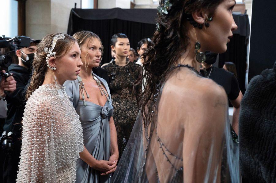 Kate Moss, l'amie, la muse, et désormais la consultante pour les accessoires Fendi. Avec sa fille Lila Grace, en robe brodée de 180000 perles, et Bella Hadid.