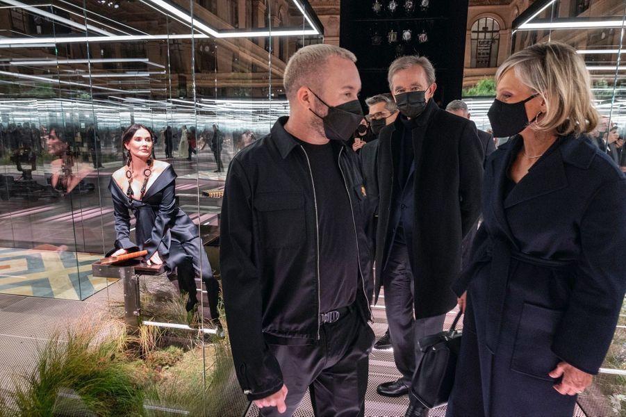 Kim Jones, avec Bernard Arnault et sa femme, Hélène Mercier-Arnault. Le groupe de luxe LVMH est le propriétaire de Fendi depuis 2001. A gauche, l'actrice américaine Demi Moore. En arrière-plan, Serge Brunschwig, P-DG de Fendi.