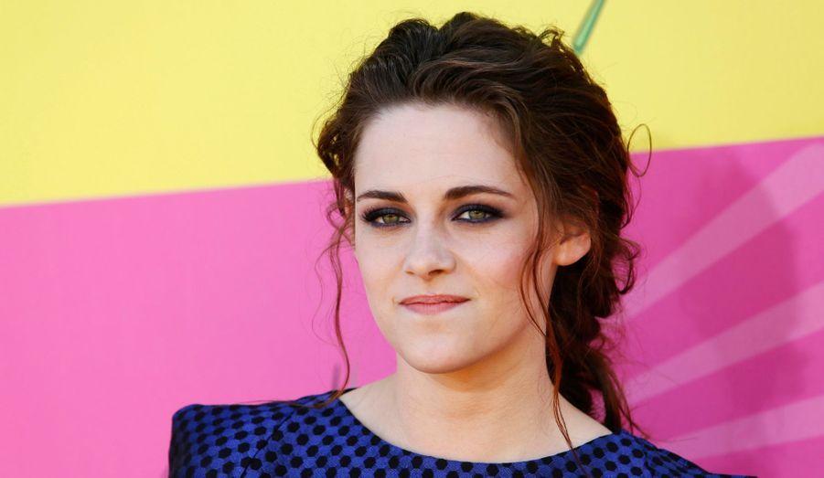 """L'édition anglaise du magazine """"Glamour"""" a placé pour la deuxième année consécutive l'actrice Kristen Stewart en tête de son classement des femmes les mieux habillées de la planète. Elle devance Emma Watson et Kate, future maman au look salué par les spécialistes."""