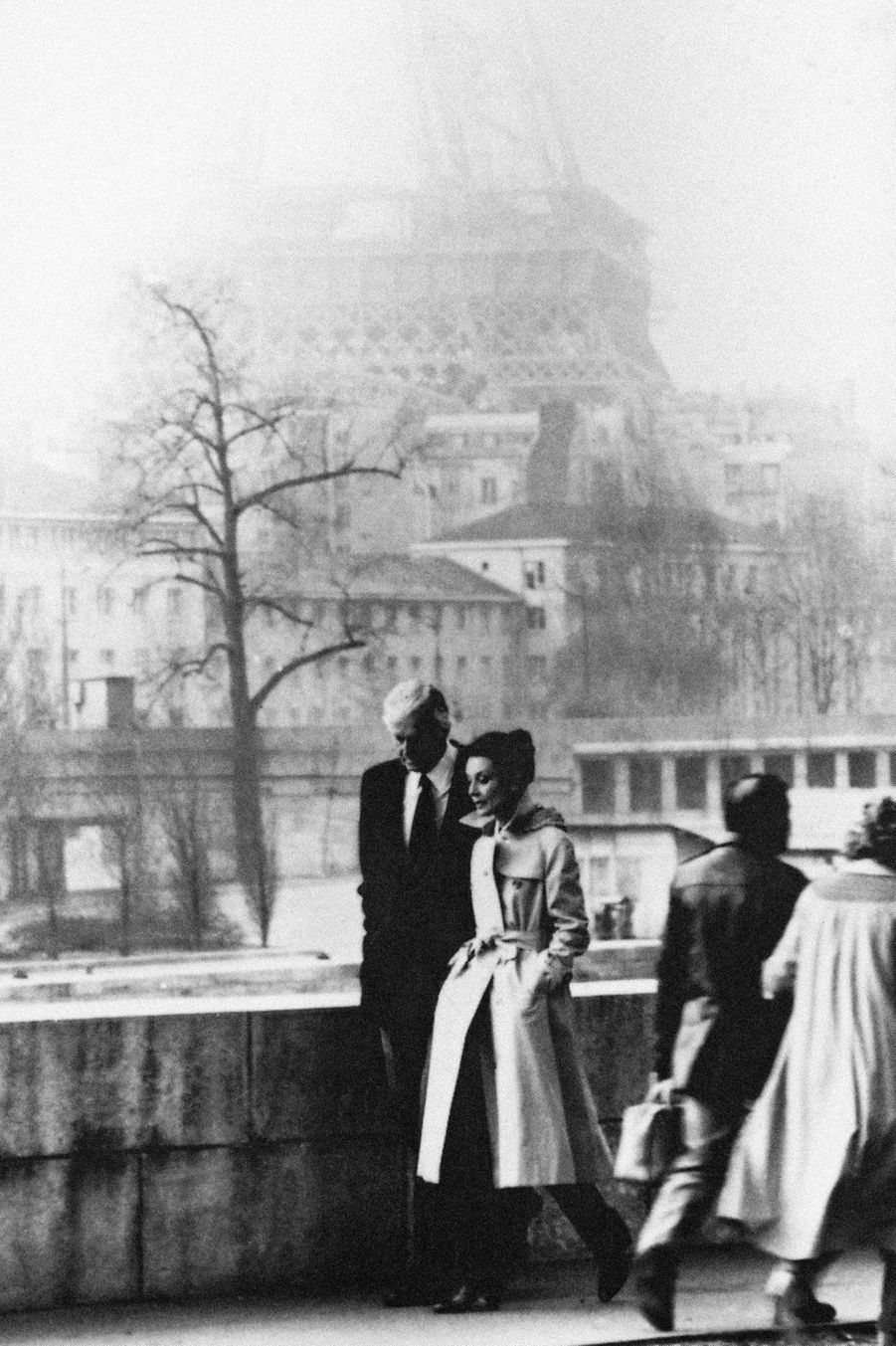 Hubert de Givenchy et Audrey Hepburn en 1982 devant la Tour Eiffel