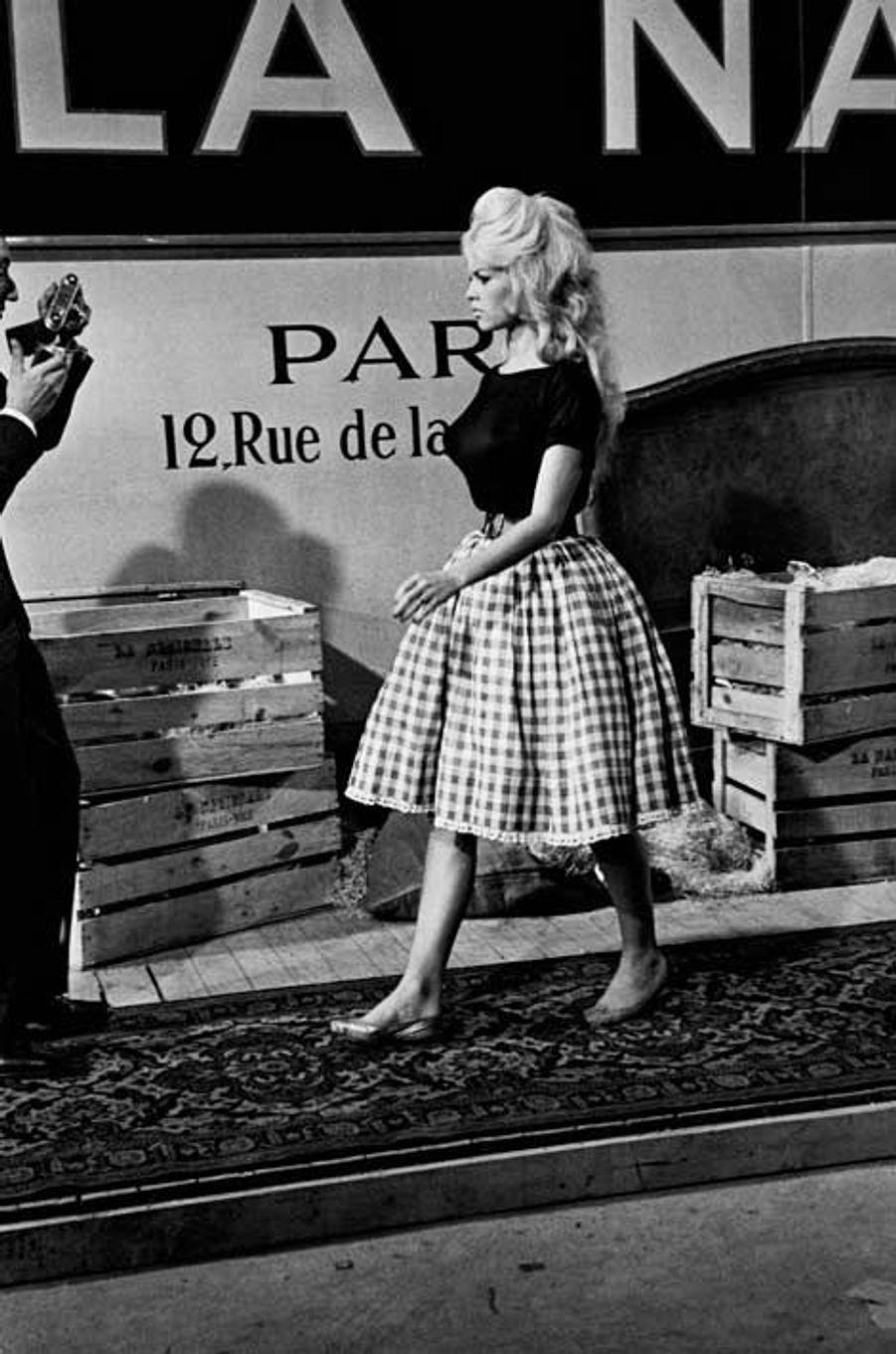 Mais la période des seventies sonne aussi le recul du traditionalisme et l'arrivée de l'émancipation sexuelle. Le graphisme «rural» est alors mis au placard et ne fera son grand retour que vingt ans plus tard. Après les stars, ce sont les podiums de mode et les super top-modèles des années 90 qui remettent au goût du jour la toile de napperon. Finit le look BCBG-belle des champs, le Vichy se porte sur un nombril apparent dans des couleurs flashy et même en version cowboy ultra sexy! Dorénavant cette pièce vintage devient un basique de la garde robe et se porte d'un peu près toutes les façons. En version Pin-up comme feu Amy Winehouse, en parisienne bobo comme Audrey Tautou et même de manière monarchique à l'image de la duchesse de Cambridge. Les fashionistas s'en emparent aussi très rapidement et il fera son grand retour sur les défilés en 2014. Cette année c'est Altuzarra, Oscar de la renta et Michael Kors qui le réinvente en tailleurs veste et jupe ceinturée, en top crow et même dans un mood beachy-girly. Le grand come-back de la tendance se confirme avec les derniers tapis rouge et avant première de films. En mars à l'occasion de la sortie du film «Cendrillon» et dans le cadre de l'exposition « Cinderella» à Londres, le duo Lily James (Cendrillon) et Helena Boham Carter (la marâtre) étaient raccord niveau textile. À Los Angeles et New York ce sont les it-girls et les actrices qui prônent la résurrection du Vichy. Mention spéciale pour le street style repéré lors du Eighth Annual veuve Clicquot Polo de New York. Bardot en mode French riviera inspire plus que jamais outre-Atlantique!