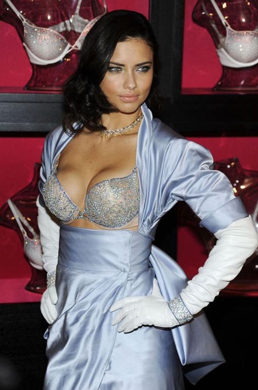 "Adriana Lima en 2010 : un ""Bombshell Fantasy Bra"" estimé à 2 millions de dollars"