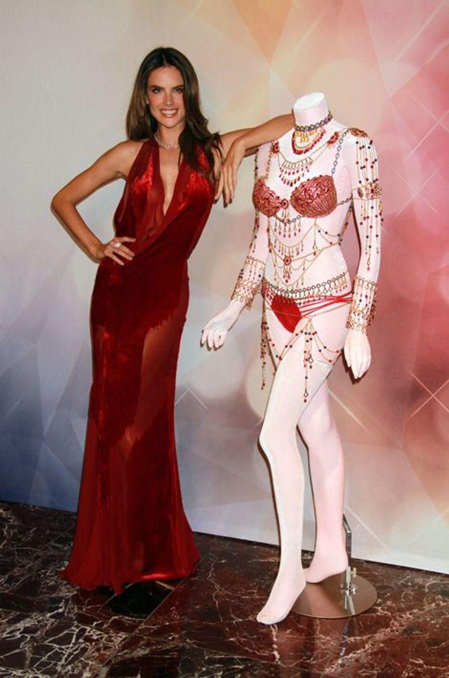 """Alessandra Ambrosio en 2014 : un """"Dream Angels Fantasy Bra's"""" estimé à 2 millions de dollars"""