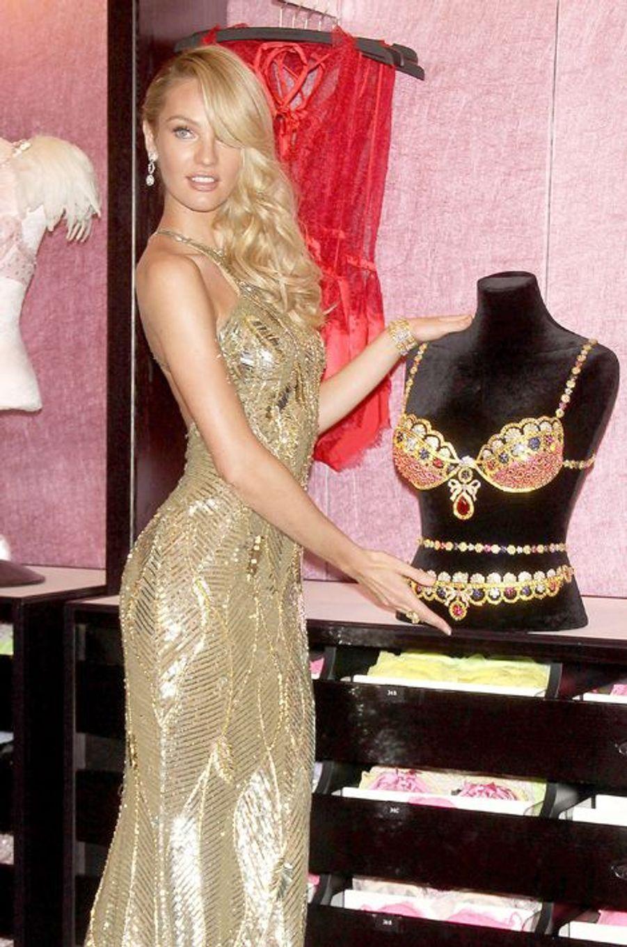 """Candice Swanepoel en 2013 : un """"Royal Fantasy Bra"""" estimé à 10 millions de dollars"""
