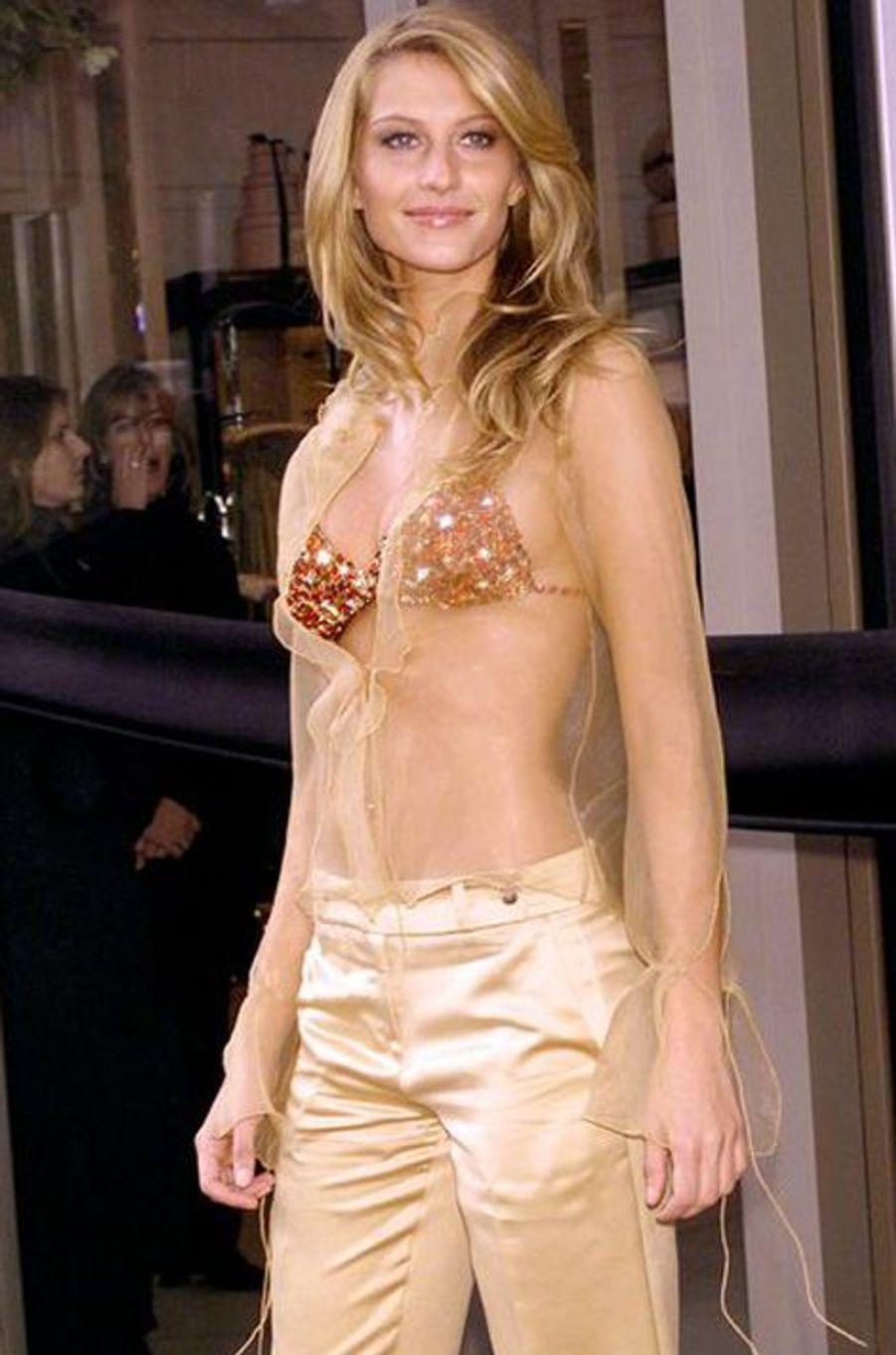 """Gisele Bündchen en 2000 : un """"Red Hot Fantasy Bra"""" estimé à 15 millions de dollars"""