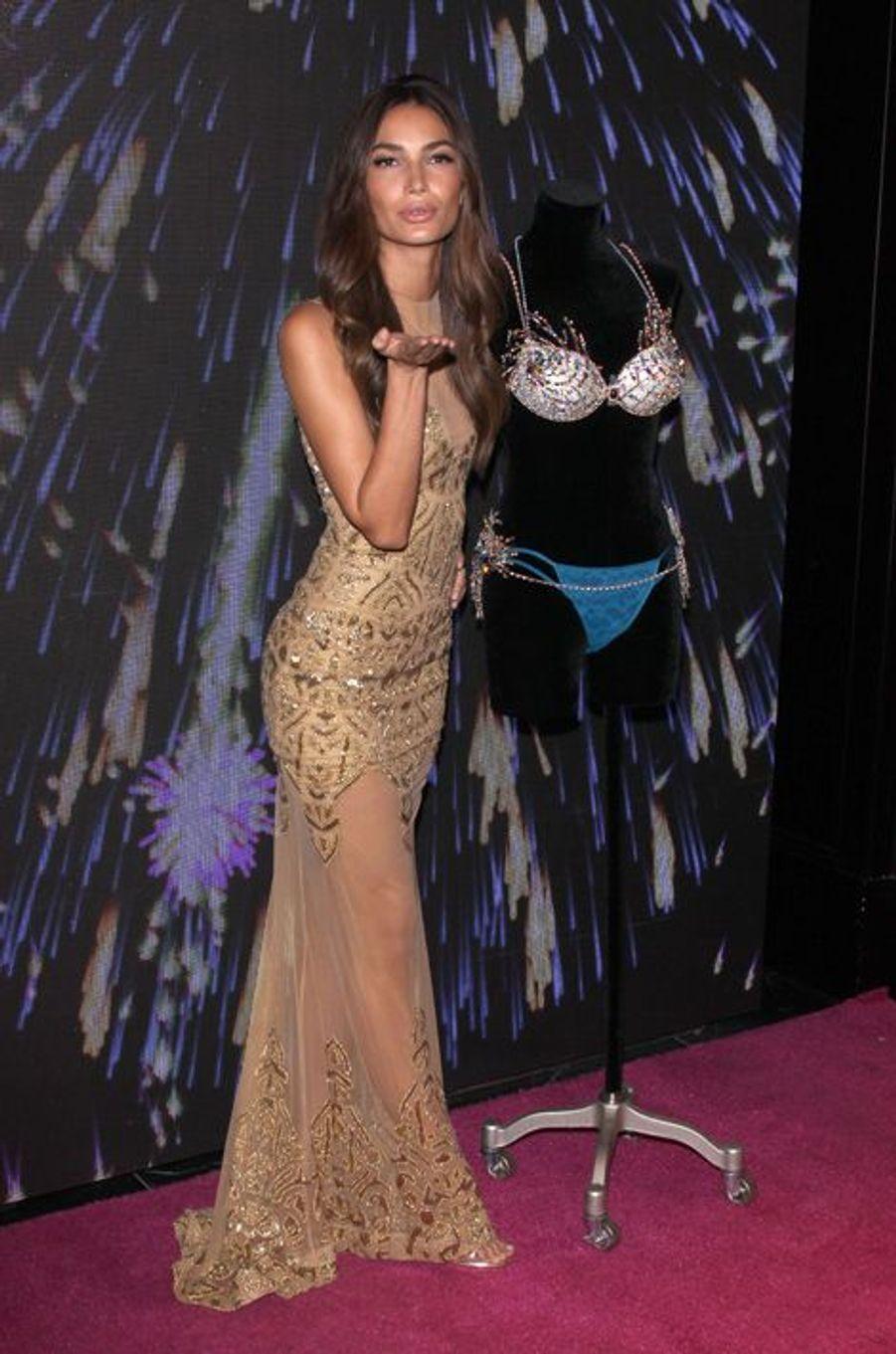 """Lily Aldridge en 2015 : un """"Fireworks Fantasy Bra"""" estimé à 2 millions de dollars"""