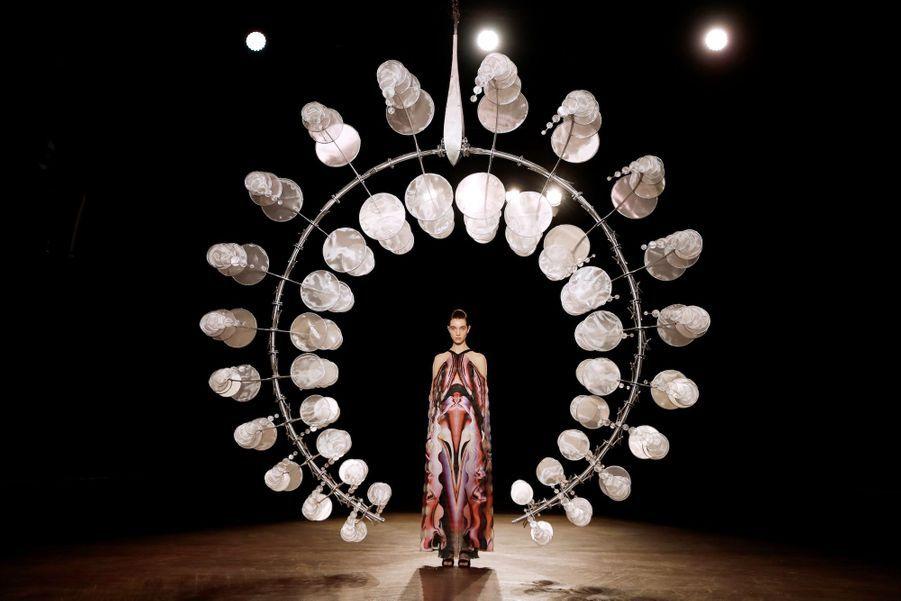Iris van Herpen a présenté sa collection Automne-Hiver 2019-2020 le 1er juillet 2019 à Paris.