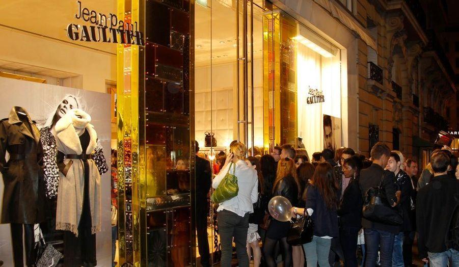 Devant la boutique Jean-Paul Gaultier, à Paris.