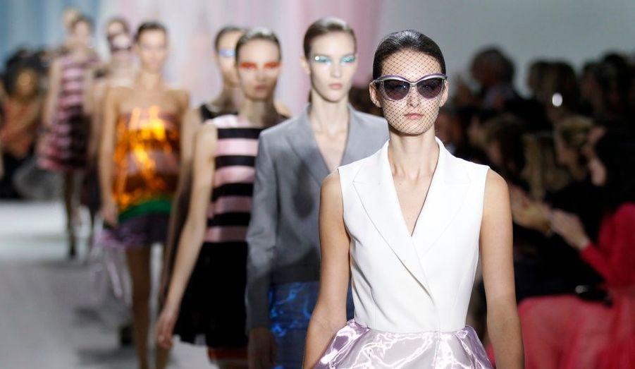 Pour son premier défilé de prêt-à-porter pour la maison Dior, Raf Simons signe une collection aérienne, faite de tenues estivales idéales et de robes de soirée qui feront un malheur sur les tapis rouges. Retour en images sur le défilé de cette collection Printemps-Ete 2013.