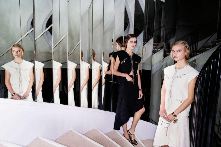 Chanel En noir et blanc… Un avant-goût pour Paris Match, dans l'escalier mythique du 31 rue Cambon, de l'hommage au cinéma signé Virginie Viard