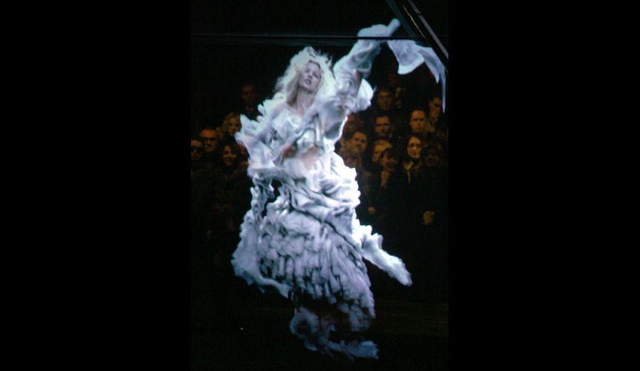 Une image holographique de Kate Moss flotte dans les airs lors de la présentation de la collection prêt-à-porter automne-hiver 2006-2007.