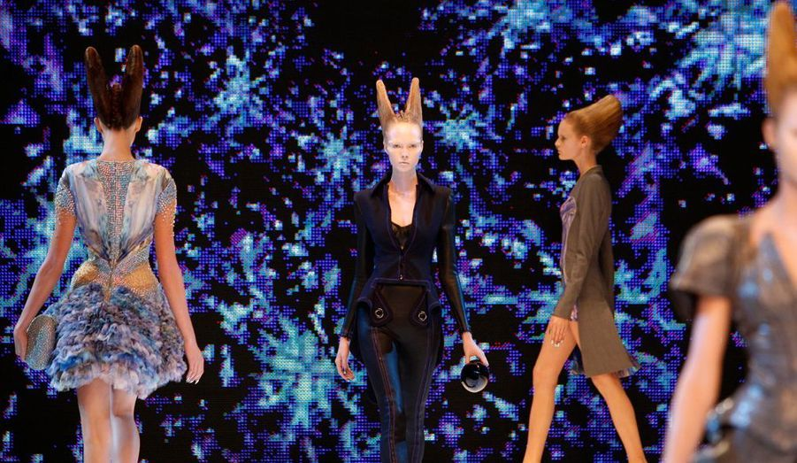 La dernière collection du créateur, printemps-été 2010. Un festival d'images digitales mettent en lumière des sortes de néo-déesses sorties de l'Atlantide. L'imaginaire sans limite de l'artiste met en scène des silhouettes mutantes aux coiffures ailées. Robes-scarabée, mini-robes à panier, vagues de transparences, coupes ultra-structurées emmènent les spectateurs dans une galaxie inconnue, un monde à part.