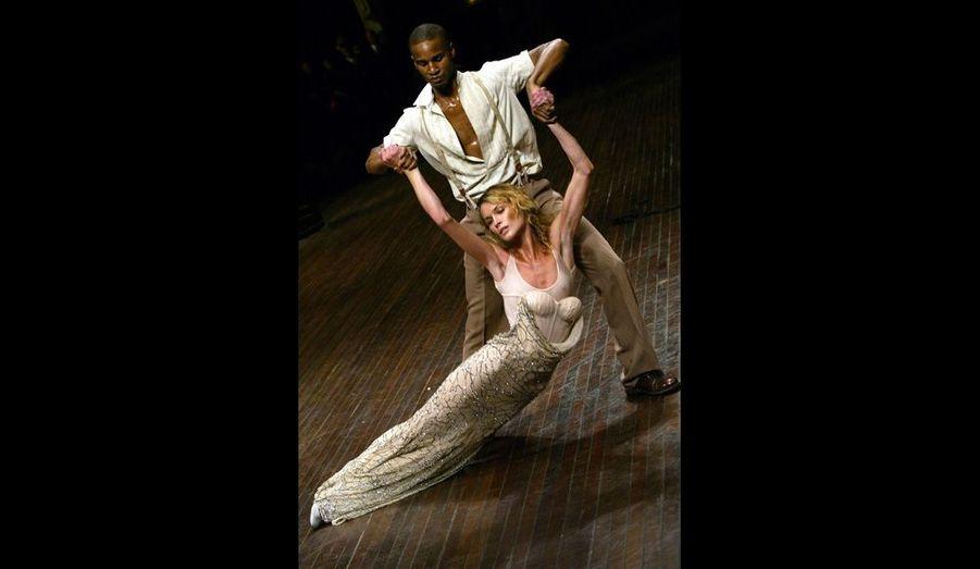 Le créateur dévoile la collection prêt-à-porter printemps-été 2004 en ajoutant la dimension de la danse.