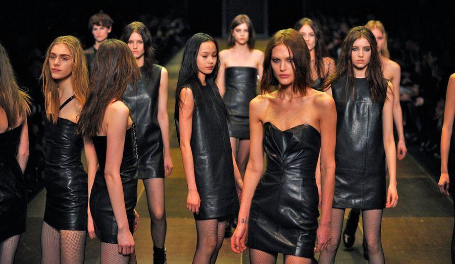 Hedi Slimane a présenté sa collection de Prêt-à-porter Automne-Hiver 2013-2014 pour la maison Saint Laurent lundi soir, à Paris. Le créateur a pensé une femme grunge, presque sombre, arborant du cuir et des résilles, accompagnées de boots, ou parfois à la silhouette adoucie en robe baby-doll. Le tartan, déjà aperçu à plusieurs reprises lors de la Fashion Week, a également sa place.