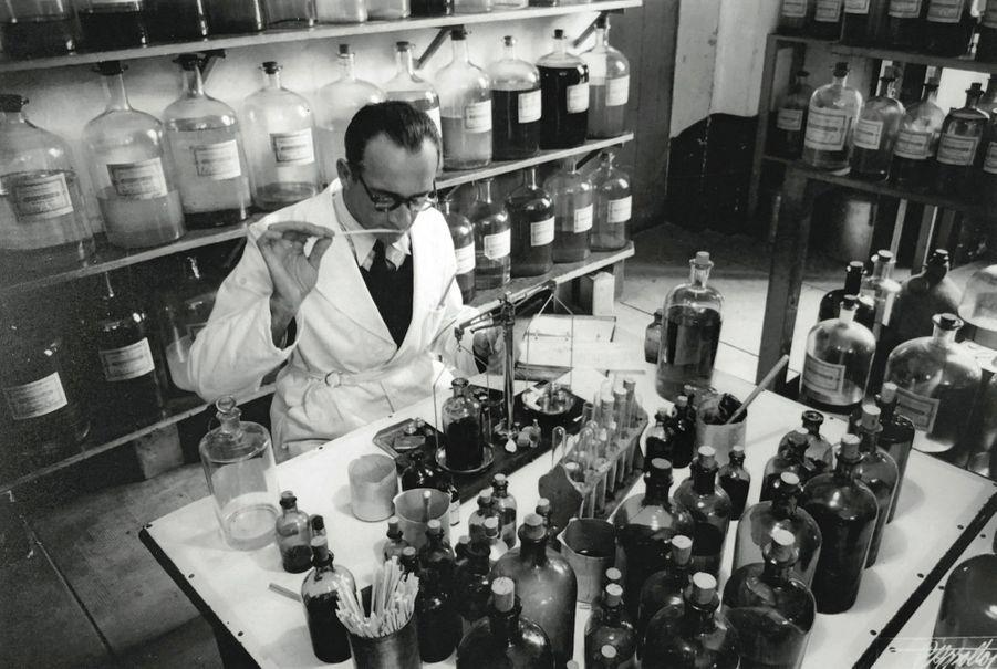 Un parfumeur de la maison Molinard au travail en 1925