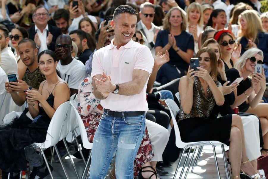 Alexandre Vauthier remercie son public au Grand Palais, le 2 juillet 2019.