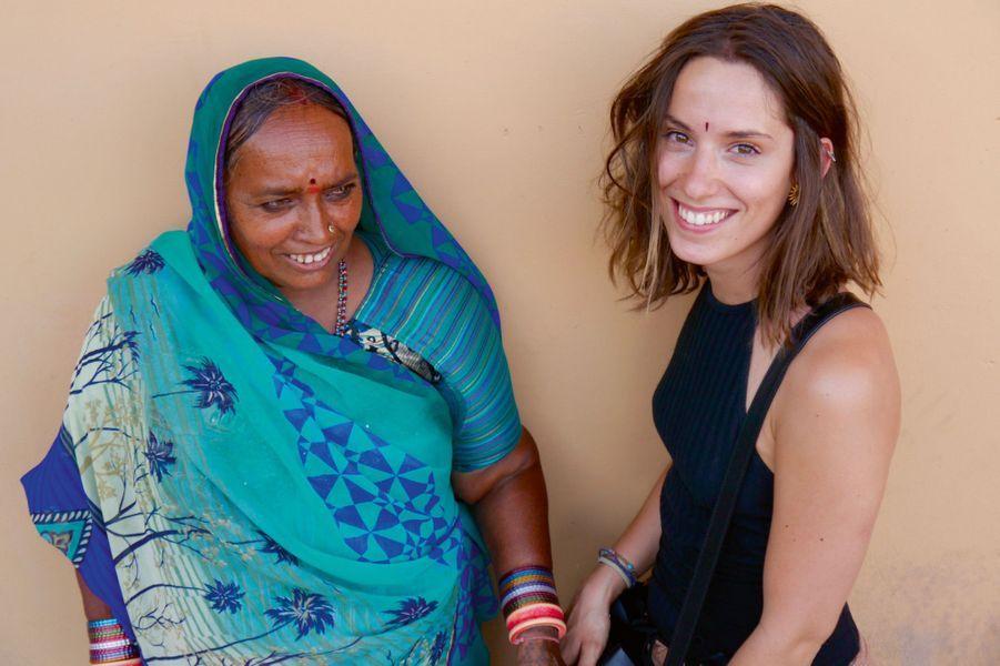 Moment de complicité entre Camille Jaillant et une tisseuse de soie indienne.