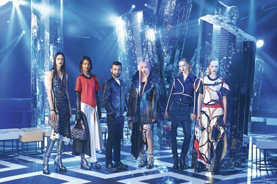Avant le show, Nicolas Ghesquière avec ses mannequins dans un décor de science-fiction planté à la Fondation Louis-Vuitton. « C'est la plus sportive de mes collections », a déclaré le directeur artistique de la maison.