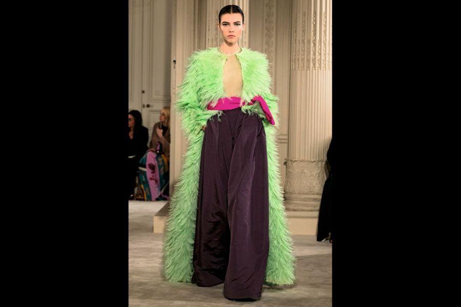 Valentino: Look « Daniela A », inspiration Yves Saint Laurent : manteau d'organza rebrodé de plumes vert d'eau, pantalon boule de faille prune et organza lilas.