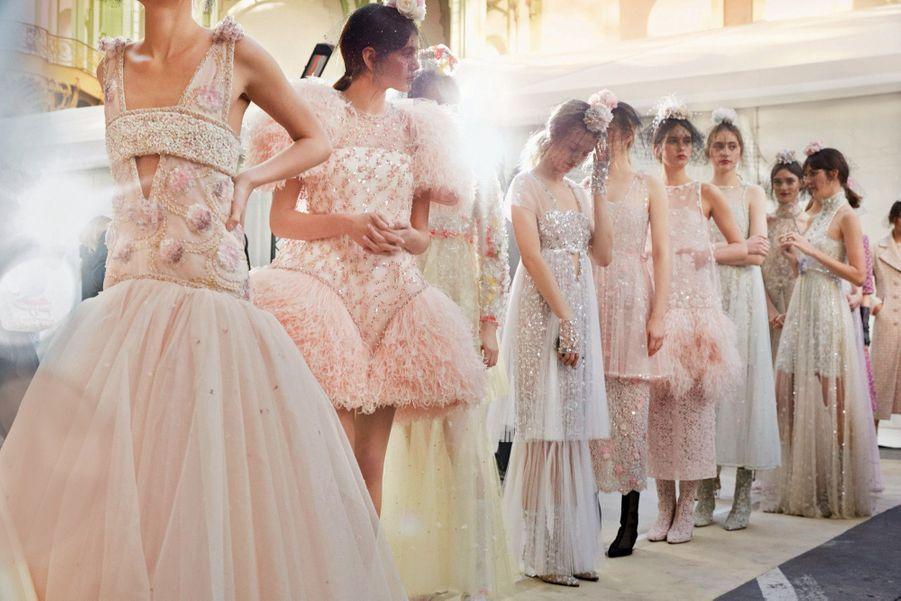 La collection printemps-été Chanel : perles, tulle, organza, plumes d'autruche et volants à plumetis.