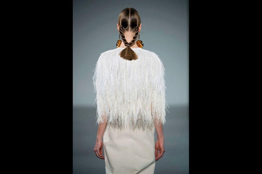 Christophe Josse: Casaque en tulle brodée d'un dégradé de plumes d'autruche, jupe en lin craie.