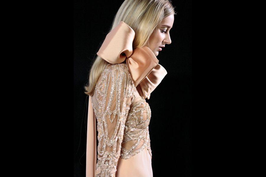 Elie Saab: Robe longue en tulle et crêpe de soie pêche rebrodée de sequins dorés, argentés et de fils dorés, grand noeud en satin duchesse.