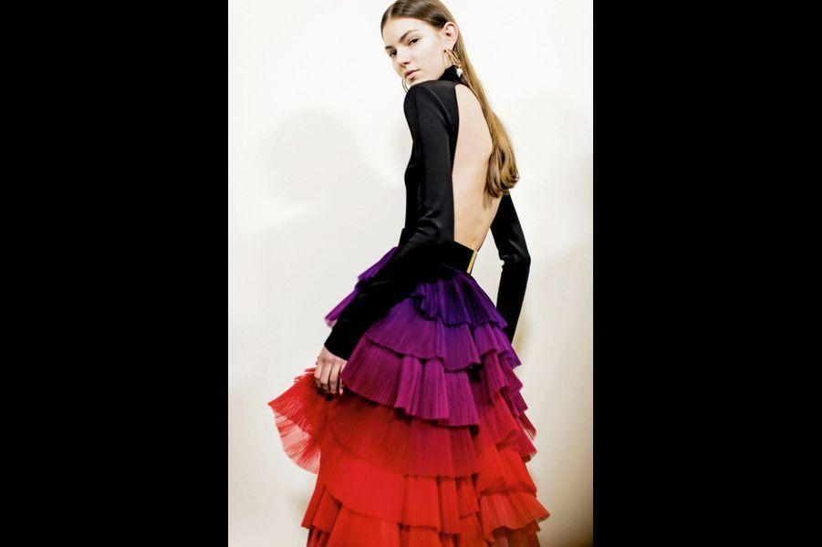 Givenchy: Haut à dos nu en maille de soie ultra-fine, jupe à volants dégradés peints à la main en organza entièrement plissé.