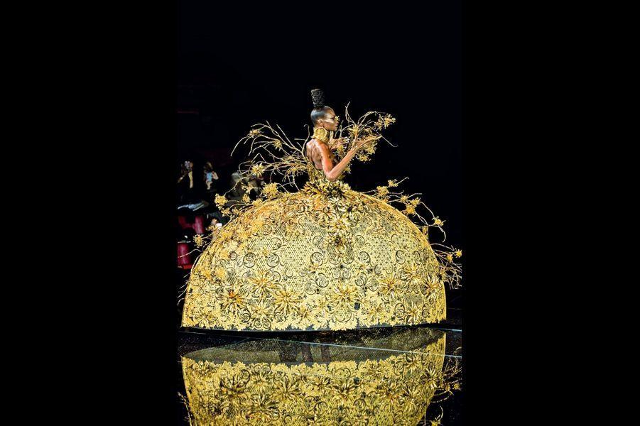 Guo Pei: Robe tressée en bambou, retissée de fleurs de cuivre. L'ensemble pèse 30 kilos.