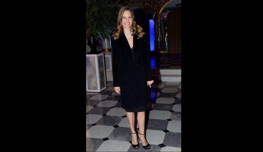 L'actrice américaine était invitée à la table de la maison Gérard Darel, dont elle portait un manteau et une pochette.