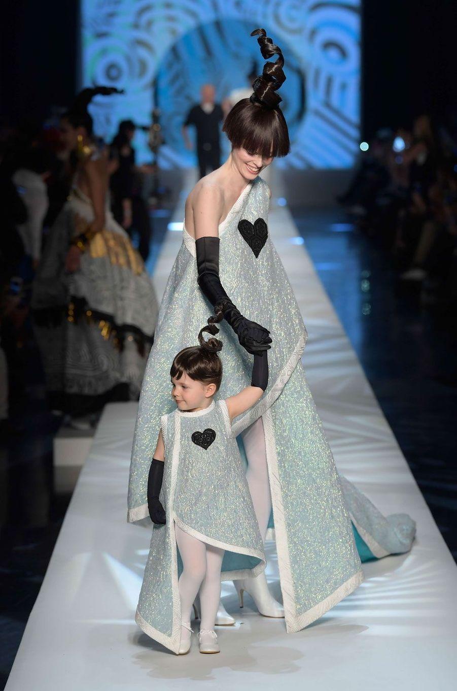 Ioni Conran et sa maman Coco Rocha, au défilé Jean Paul Gaultier